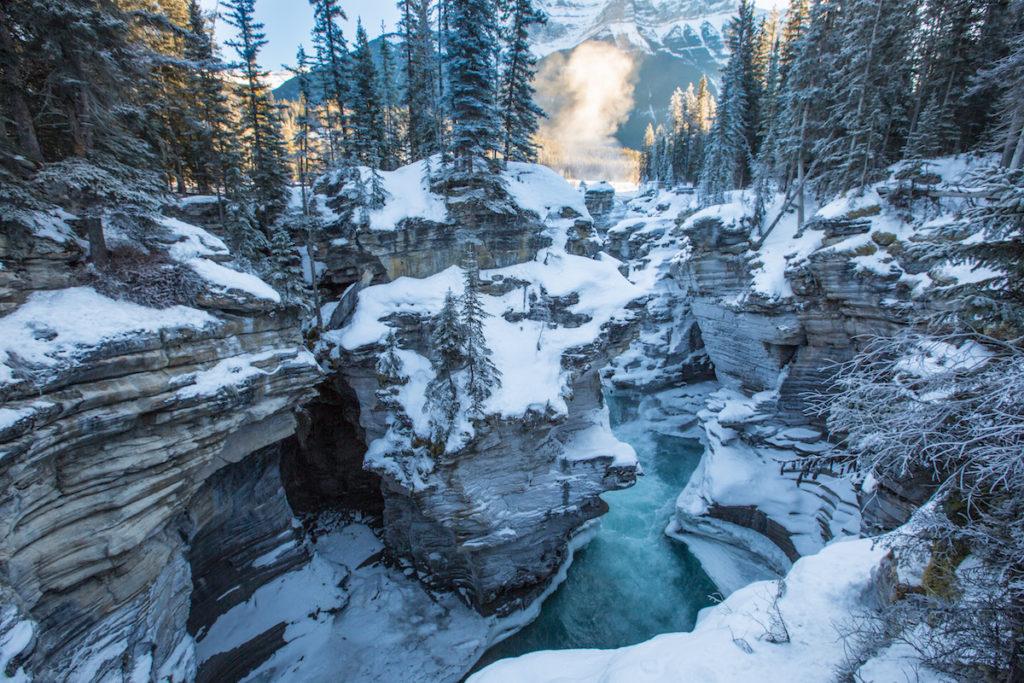 Naast de Icefields Parkway vind je Bow Lake In de winter is dit meer uiteraard bevroren maar zeker een fotomoment waard