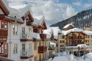 sun peaks grand met sneeuw op de daken.jpg