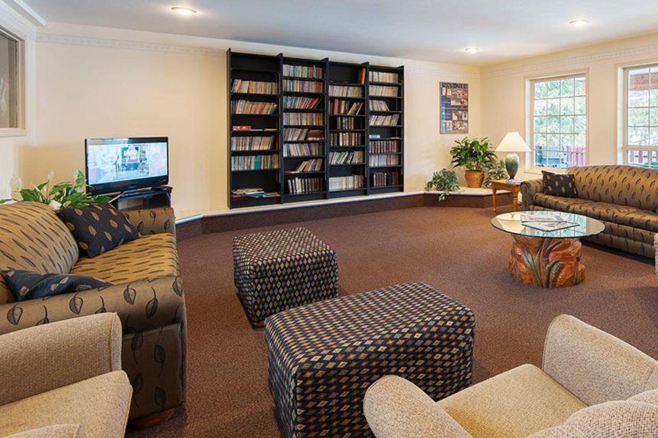 Fernie - Fernie Slopeside Lodge lobby