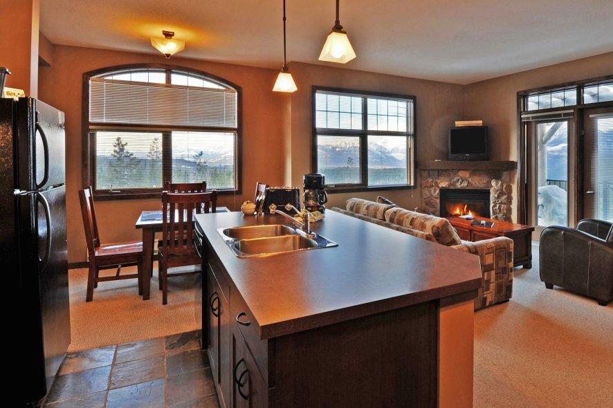 Kicking Horse - Glacier Mountaineer Lodge suite kitchen