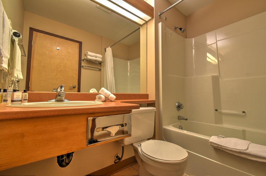 Inn at Big White superior room badkamer.jpg