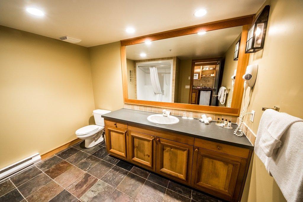 white crystal inn superior kitchenette hotel room badkamer.jpg