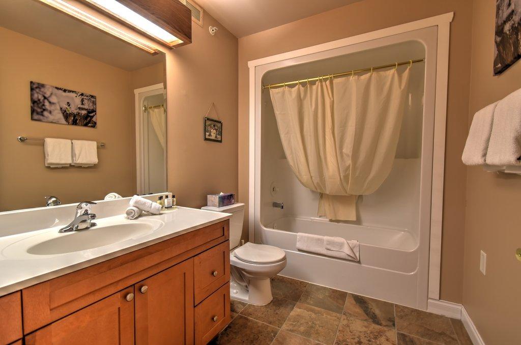 white crystal inn standard hotel room badkamer.jpg