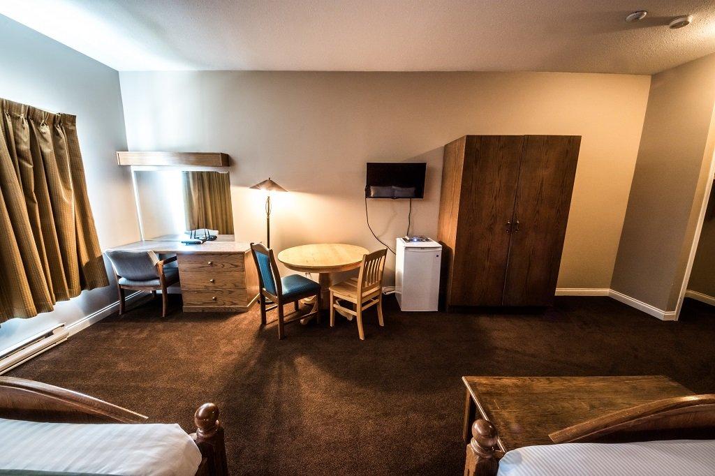 white crystal inn standard hotel room 2.jpg