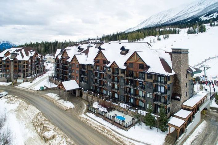 Kicking Horse - Glacier Mountaineer Lodge exterior