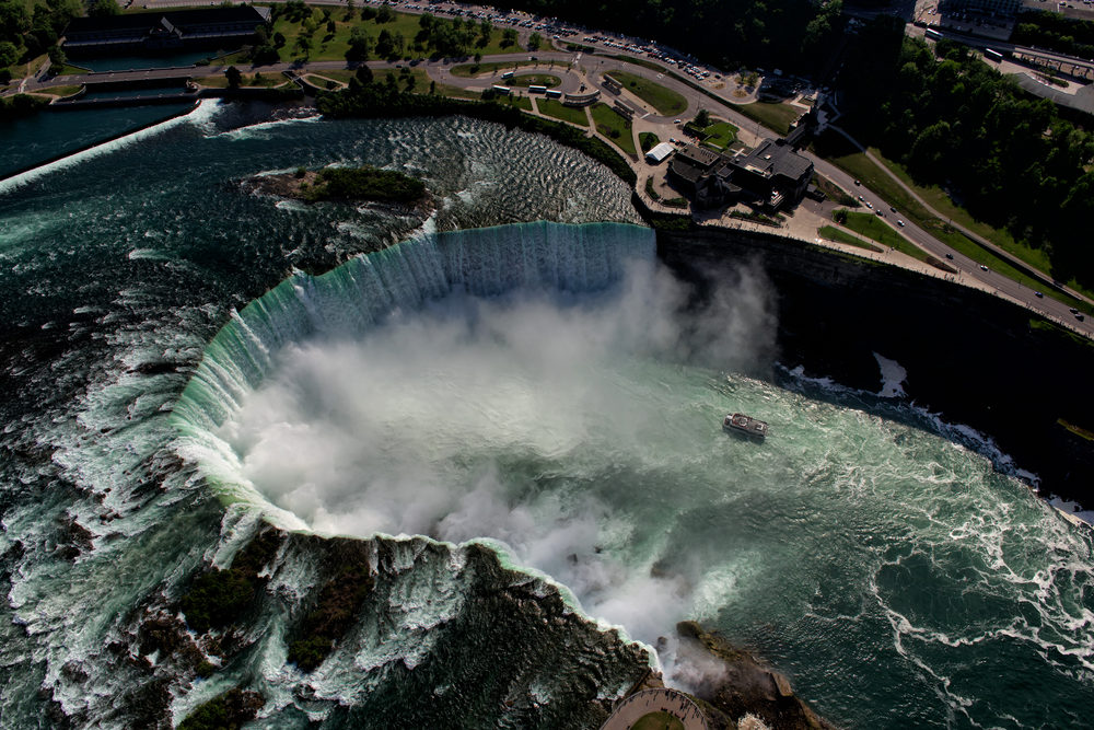 Niagara watervallen in het winterseizoen, verrassend spectaculair! De Rainbow Bridge verbindt Canada en Amerika.