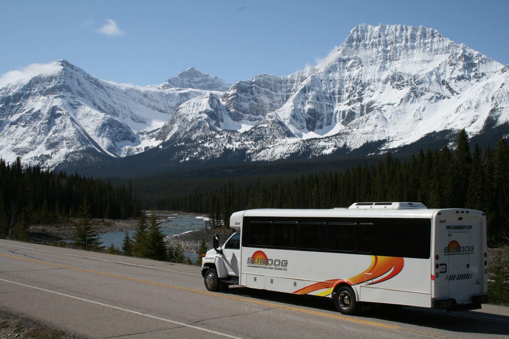 KLM brengt je rechtstreeks naar Edmonton in Alberta waar een transferbus je naar het wintersportdorp Jasper brengt.