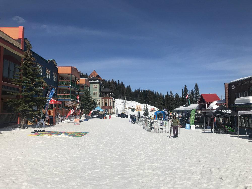 Canadees Silverstar, gezellig skidorp midden in skigebied. Het skiresort is overzichtelijk, de huisjes liggen ski-in/ski-out