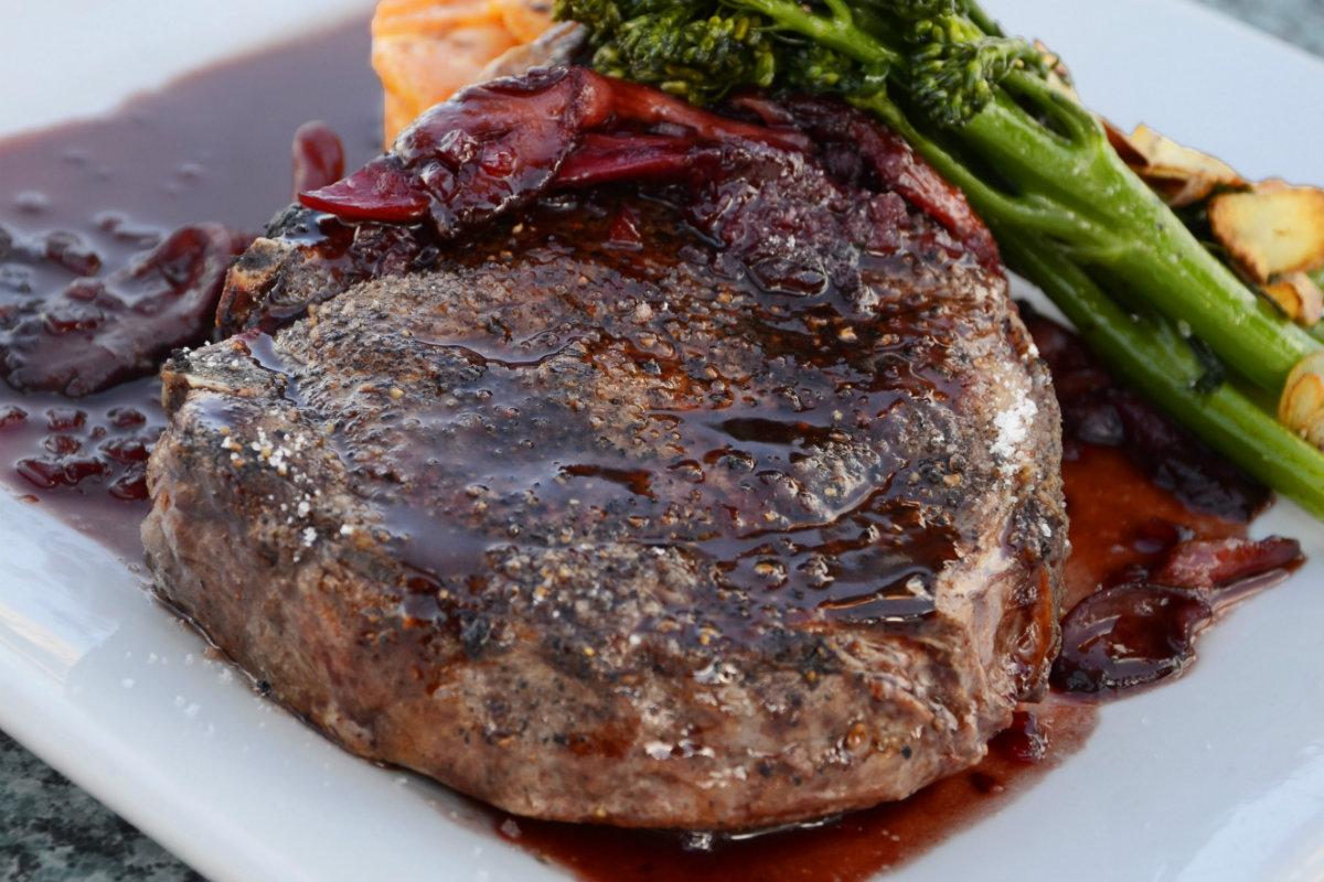 Het beste restaurant van Sun Peaks voor steaks en hamburgers is Le Voyageur du Bistro