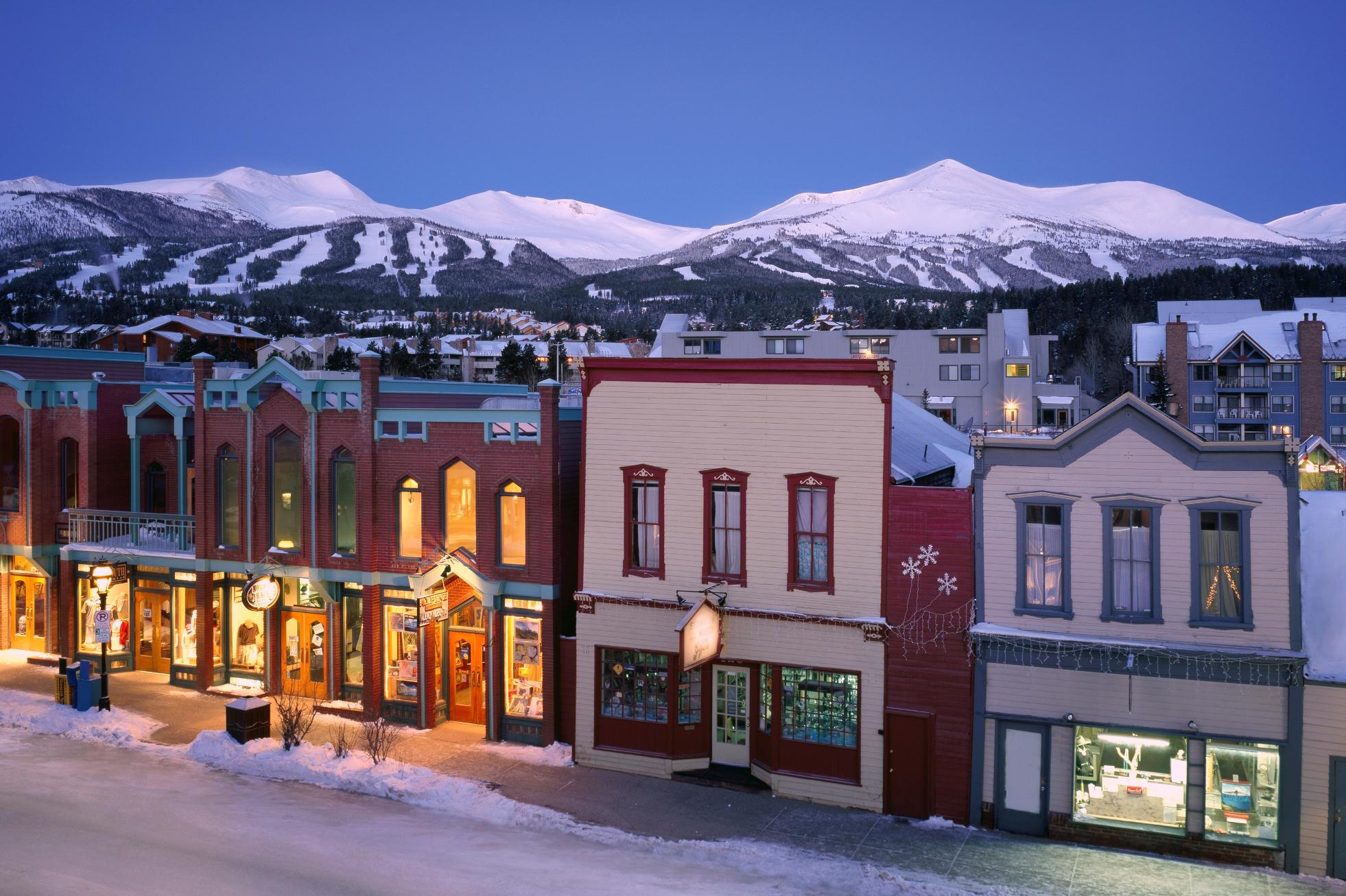 In het skigebied van Breckenridge in Colorado ie je de vele kleuren op de huizen wat een prachtig straatbeeld geeft.