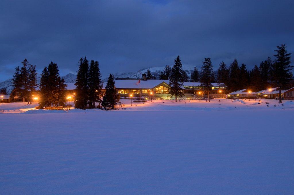 In het Fairmont Jasper Park Lodge vind je 4 restaurants, een prachtige lounge met een bar en een open haard