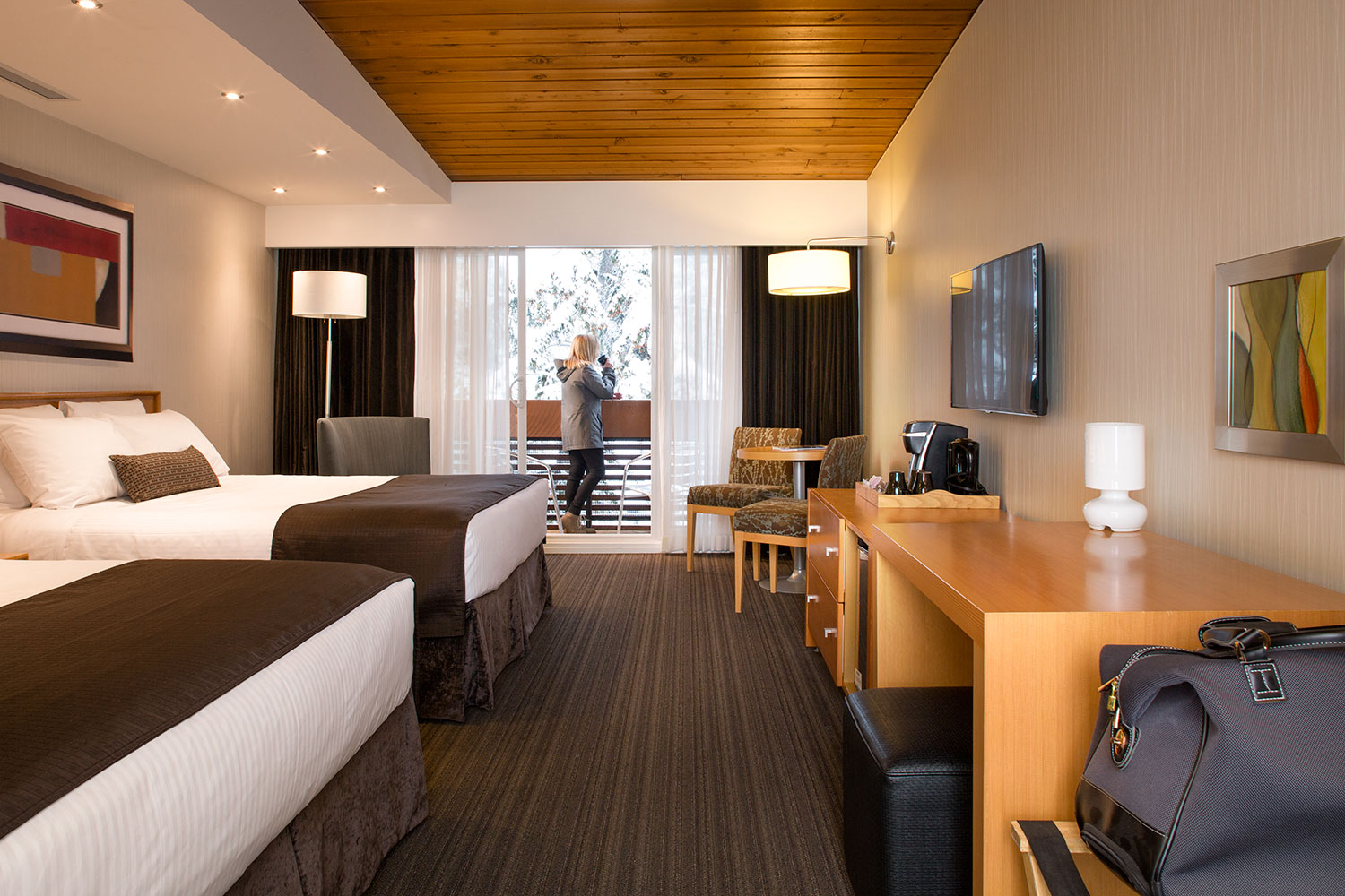 Stanard room met 2 queen bedden in de Banff Aspen Lodge
