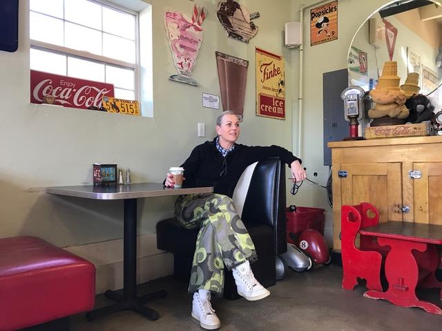 Else van wintersport canada amerika nam haar coffee break in Huntsville Utah, op weg naar Park City