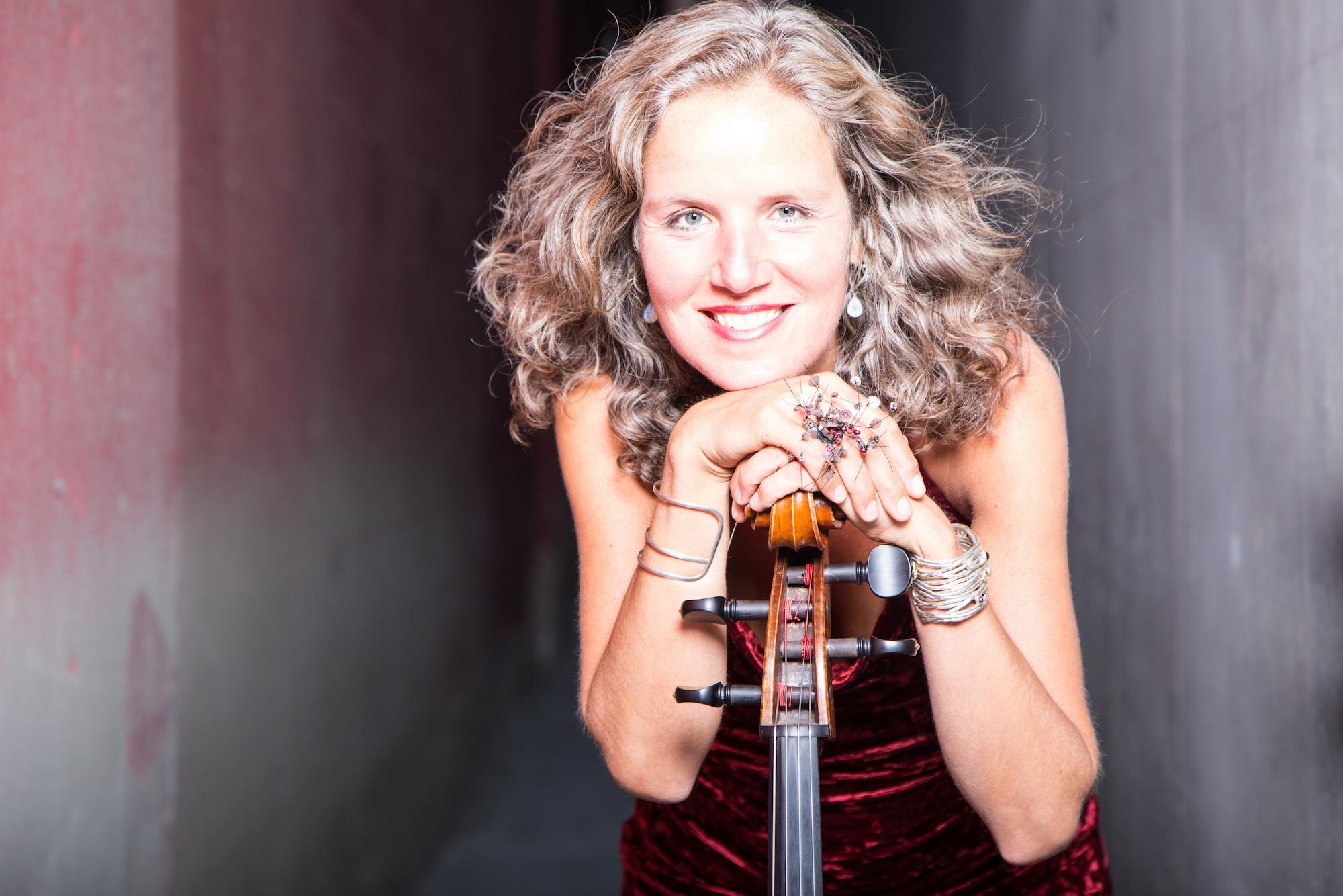 Josephine van Lier woont al meer dan 20 jaar in Edmonton en geeft regelmatig muziekconcerten in deze bruisende stad in Canada