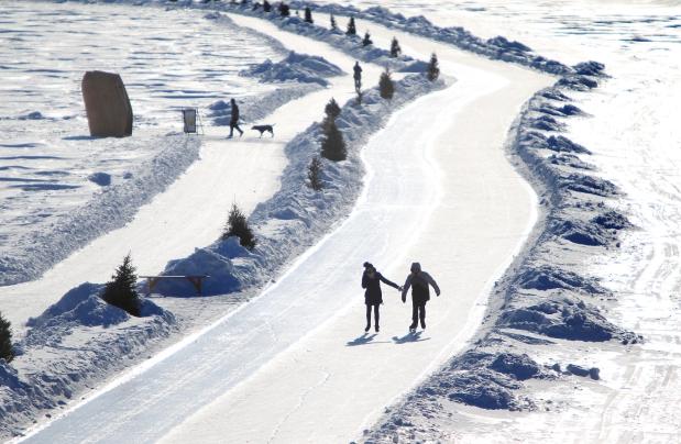 Actief blijven voordat je bergen in gaat? In Edmonton kun je sneeuwschoenwandelen, segwayen, schaatsen en langlaufen