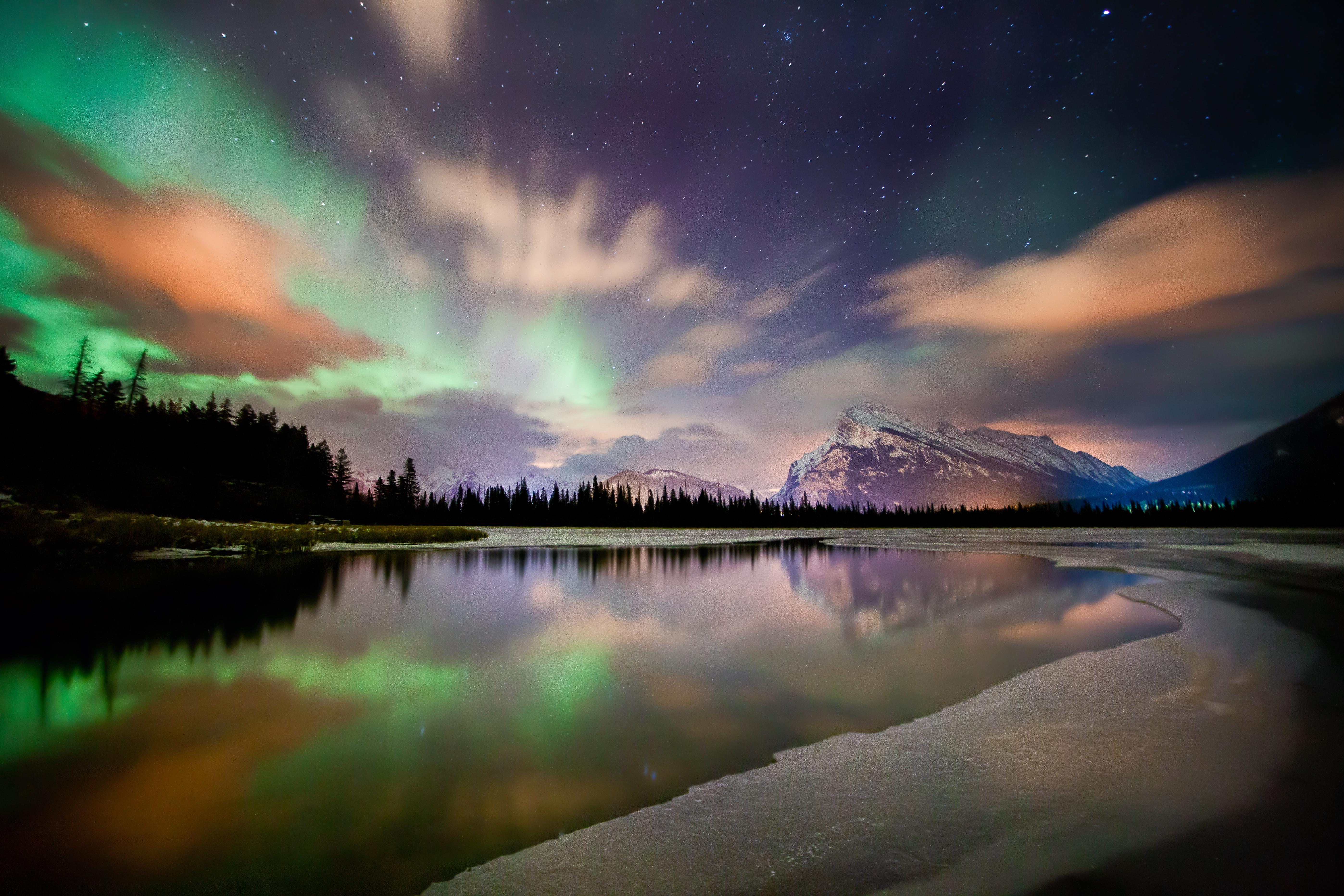 Tijdens je skivakantie in Canada heb je  de meeste kans om het Noorderlicht te zien vanaf eind oktober tot begin april. Waarom?