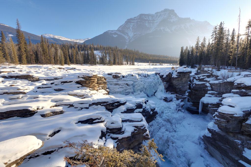 Rijd je van Banff naar Jasper in Alberta, dan kom je langs prachtige hoogtepunten als de Atahbasca Falls en de Bow River
