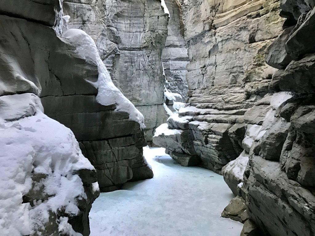 In Jasper kun je ijsklimmen in de Maligne Canyon onder begeleiding van een gids.