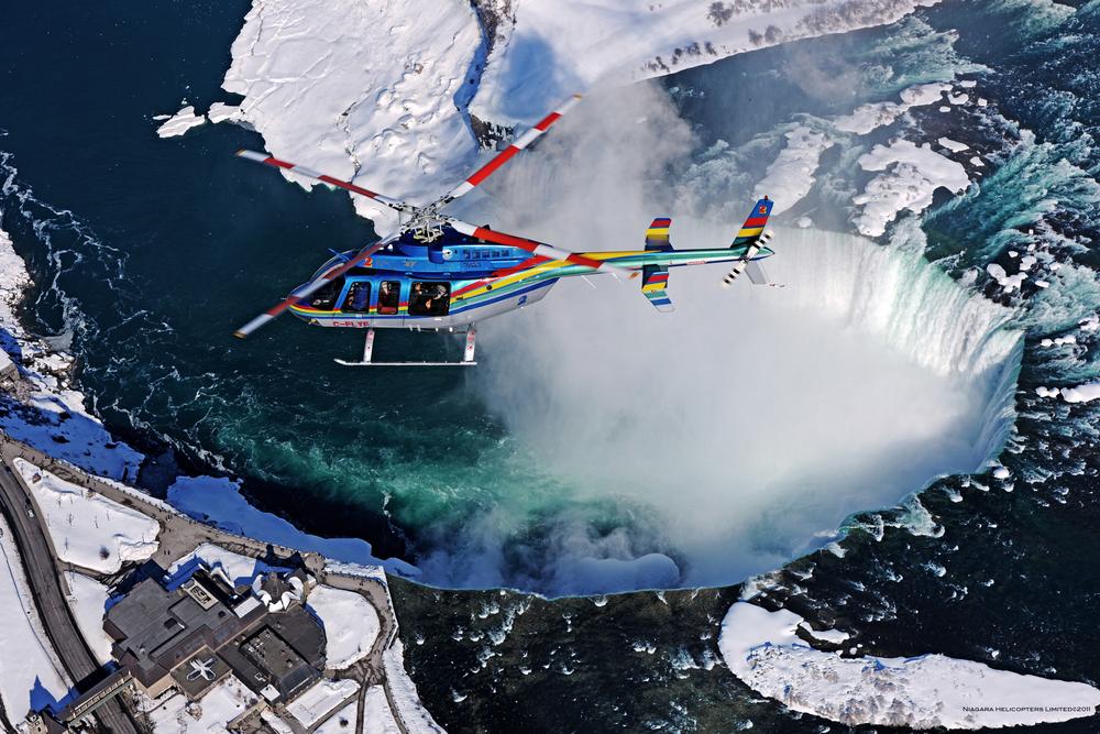 Bezoek de Skylon Tower bij de Niagara Watervallen, ga voor de Journey behind the Falls of boek een helikoptervlucht.