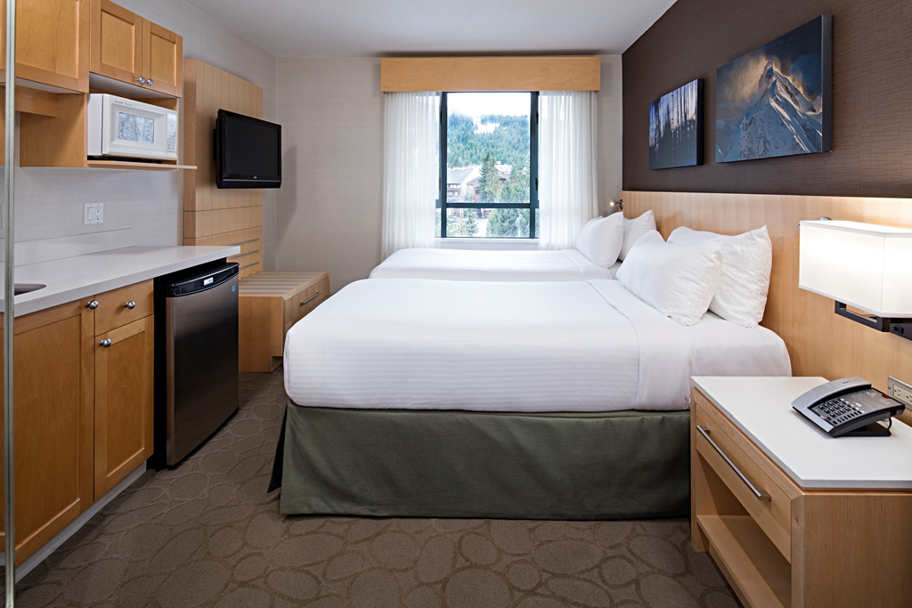 Standard guest room met 2 Queen bedden en een koelkast  en magnetron in de Delta Whistler Village Suites in Whistler