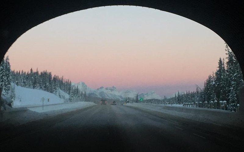De weg tussen Banff en Lake Louise is een prachtige weg die je op je wintersportvakantie in Canada meerdere keren zult zien.