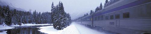 Maak een treinreis op je skivakantie in Jasper: De Skeena Train rijdt langs de oevers van de machtige Fraser Rivier naar Robson Valley.
