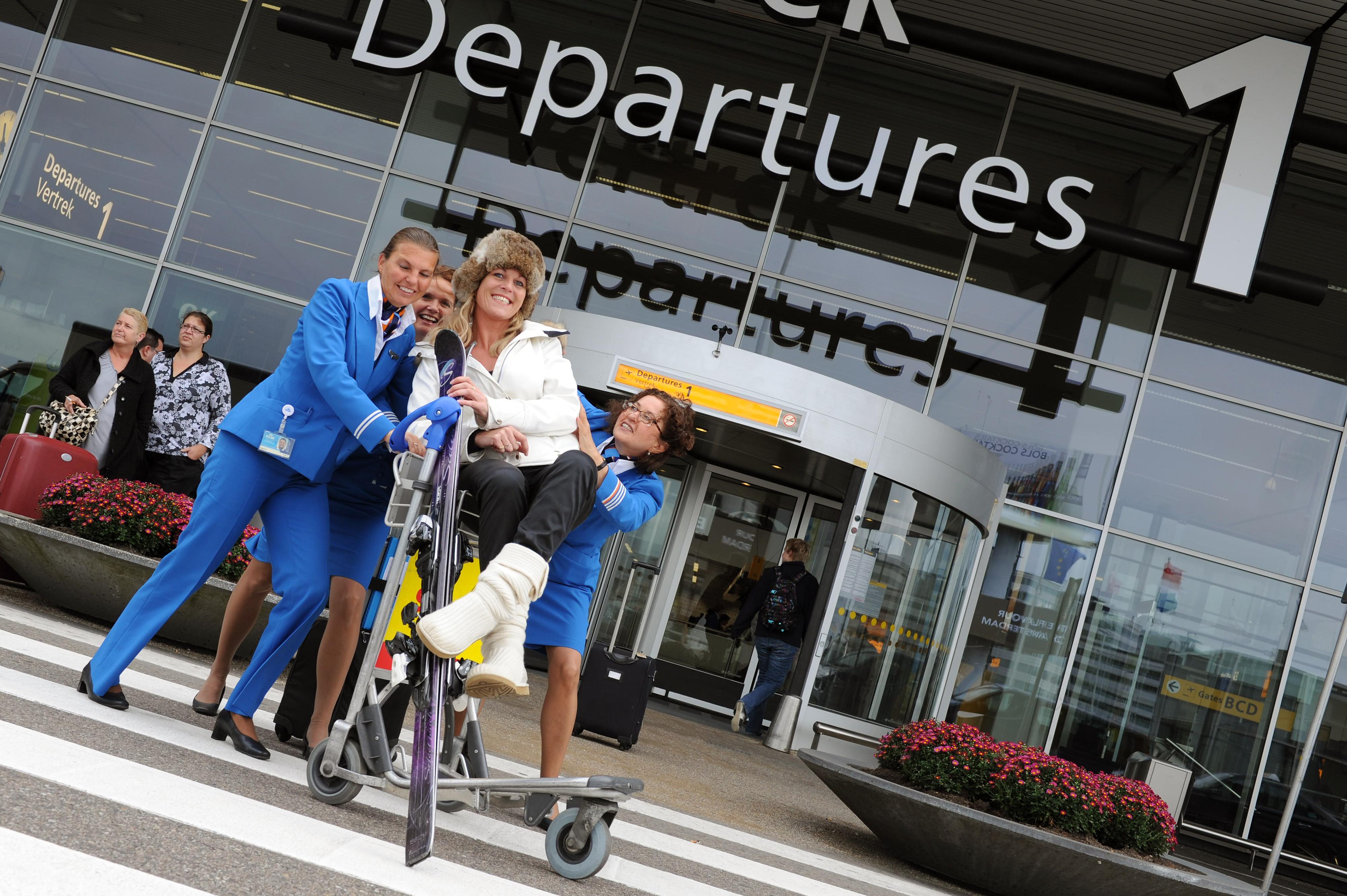 Else Schepers van WintersportCanadaAmerika op Schiphol met KLM stewardessen